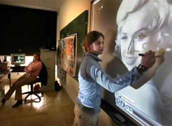 Una alumna usa una pizarra electrónica- C. FRANCESC
