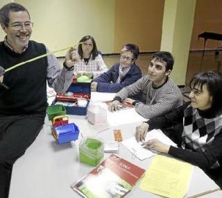 El animador matemático Pedro Buendía da una clase práctica a un grupo de docentes. JUAN CARLOS ARCOS