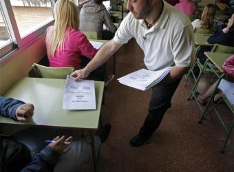 Un profesor reparte exámenes de Ciudadanía- ÁLVARO GARCÍA