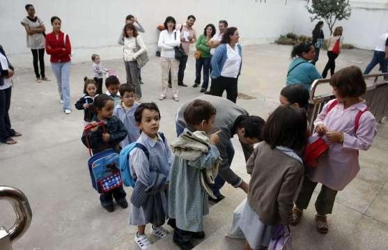 Varios niños esperan el momento de entrar en clase.