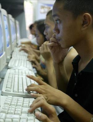 Unos jóvenes toman su primera lección de informática. EFE/Archivo