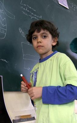 Iker Martínez Alandi, un niño barcelonés de 7 años, alumno de la escuela Bon Pastor, que aparece en su clase de plástica, expondrá su obra «Paseo por los espacios» / EFE