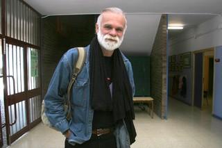 Gonzalo Moure, ayer, tras entrevistarse con los alumnos del colegio Alcoraz. | MIGUEL GARCÍA