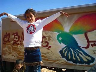 Una niña saharaui muestra su felicidad ante la llegada de El Bubisher. | S.E.