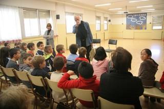 Moure, ayer, con los alumnos del colegio Alcoraz. | MIGUEL GARCÍA