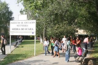 Los vecinos de la calle a la que da el IES Sierra de Guara se han quejado por molestias de algunos alumnos. | D.A.