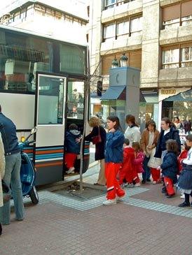 Imagen de archivo de unos niños subiendo a un autobús escolar