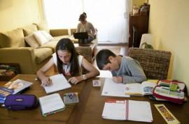 Dos hermanos, alumnos de primaria, ayer, haciendo los deberes. Mané Espinosa