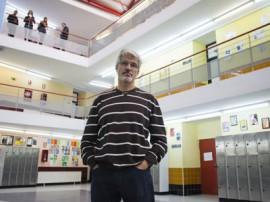 Juan Carlos Hervás dirige el IES Profesor Julio Pérez, en la Comunidad de Madrid, premiado por sus prácticas de convivencia escolar.