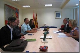 Ver foto La consejera de Educación, Dolores Serrat, junto con el presidente y miembros de FAPAR.
