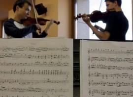 Dos violinistas en el Conservatorio de Madrid